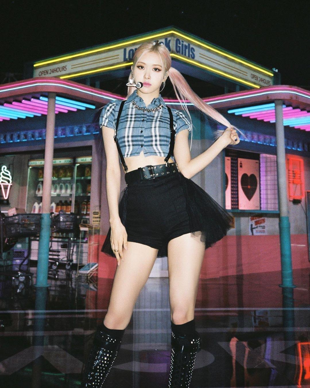 BLACKPINK Rose朴彩英晒自拍照套图 黑色连衣裙搭配白色荷叶领纯属优雅