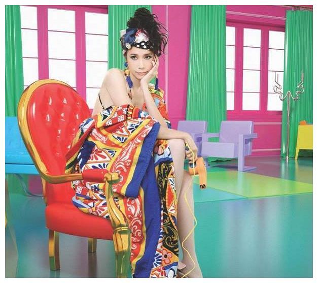 51岁莫文蔚新歌MV,身穿辱华杜嘉班纳服装,是炒作还是失误?