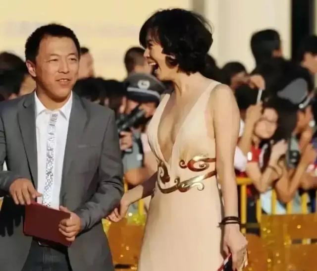 余男穿着深V连衣裙,一旁的黄渤压力很大