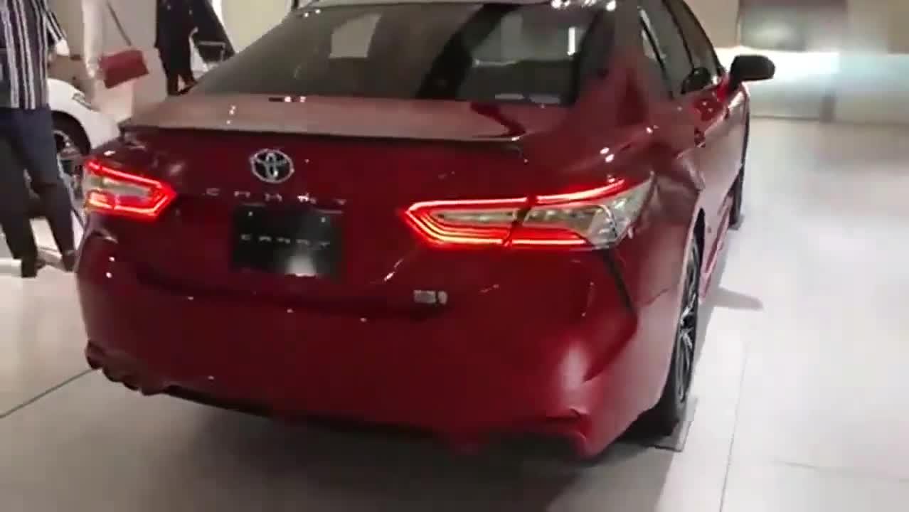 视频:丰田凯美瑞实车展示,黑配红运动感十足