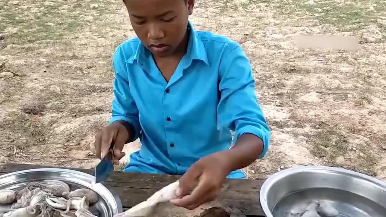 农村小哥拿可乐炖章鱼,黑乎乎吸干汁再抓上嘴,表情越吃越陶醉