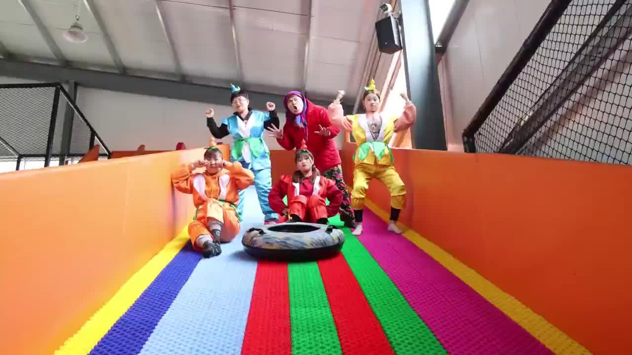 """葫芦娃29:葫芦娃玩""""七彩滑滑梯"""",结果二娃竟被吓哭,逗"""