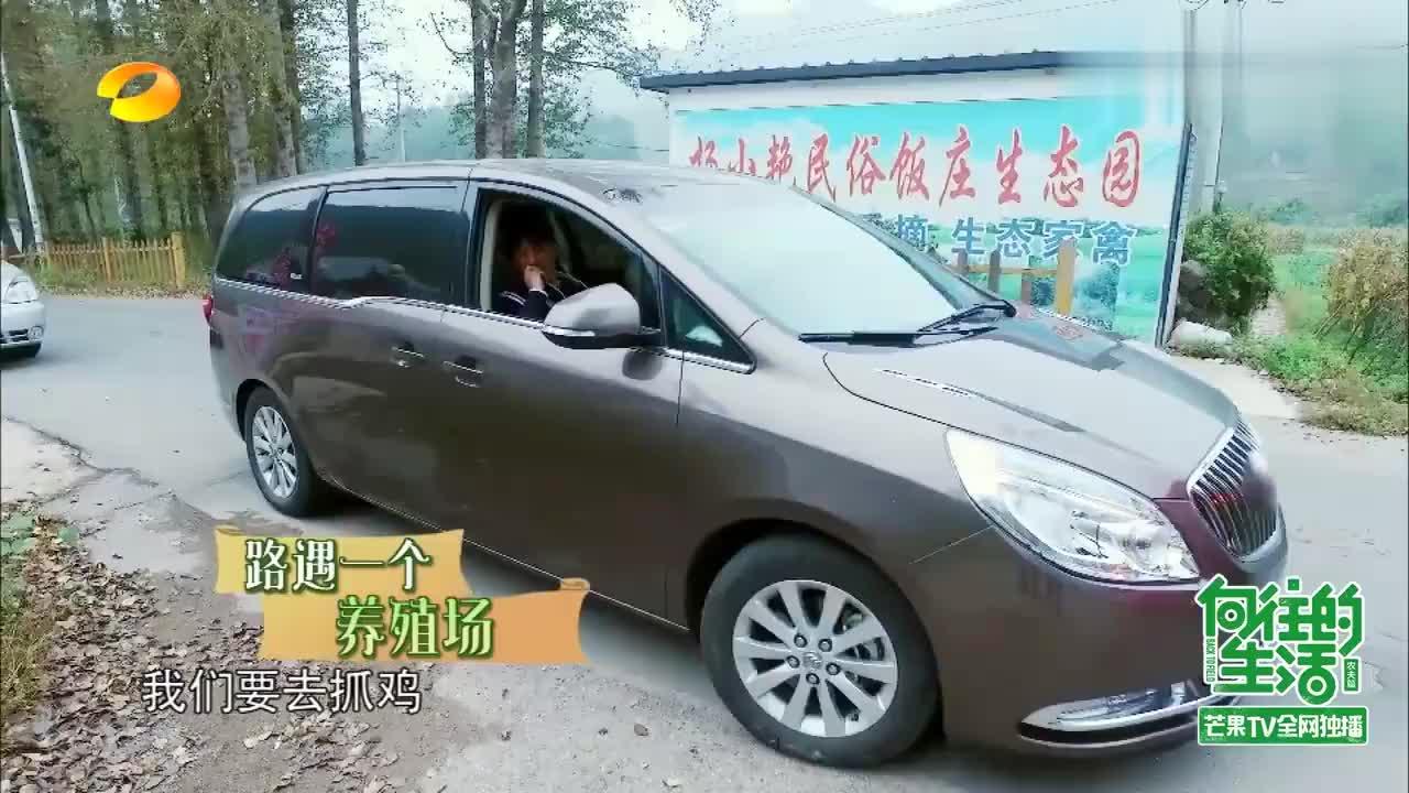 """刘宪华""""歌迷会""""接机现场,大张伟:举着鸭牌,何炅:太逗了"""