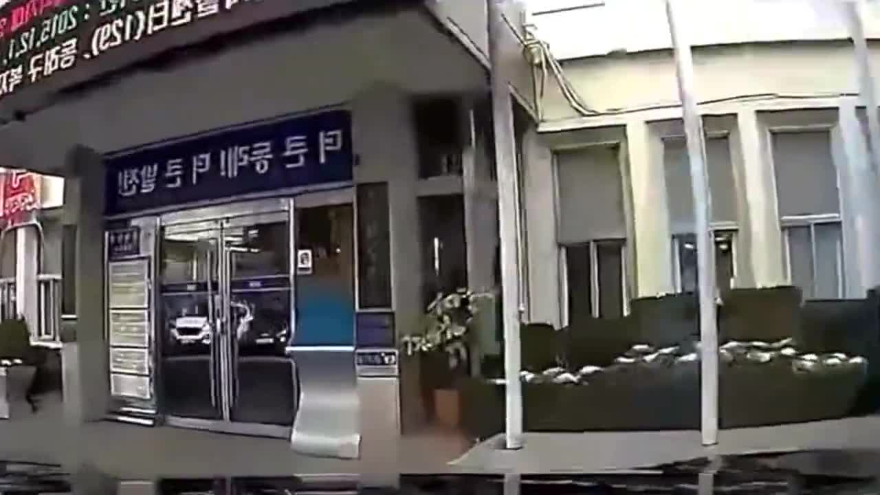 女司机又闯大祸了,事故现场一片狼藉
