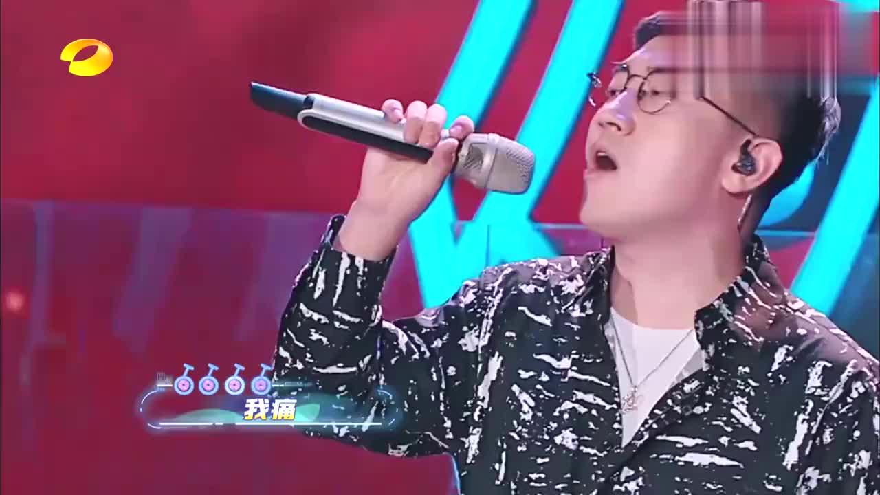 金志文认真演唱《爱要怎么说出口》,再次展示淋漓唱功,轰动全场