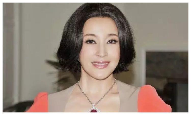 65岁刘晓庆晒近照,服装搭配品味成迷,身材发福脸部僵硬疑似整容