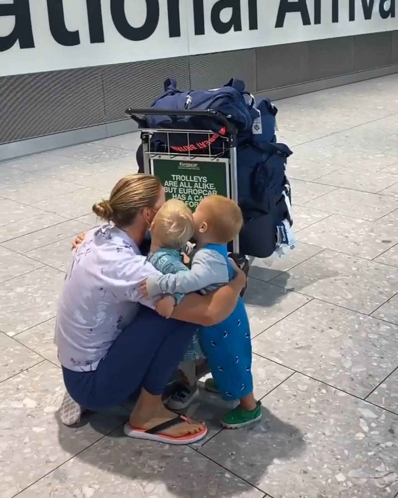 英国选手回国获3宝贝欢迎!网友:东奥暖心画面,比奖牌更有意义