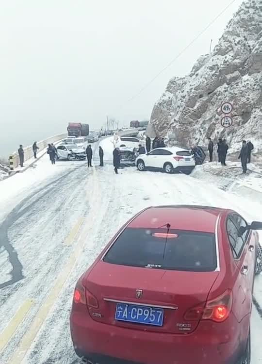 雪天路滑,开车太快刹不住车,只能是这样的结果