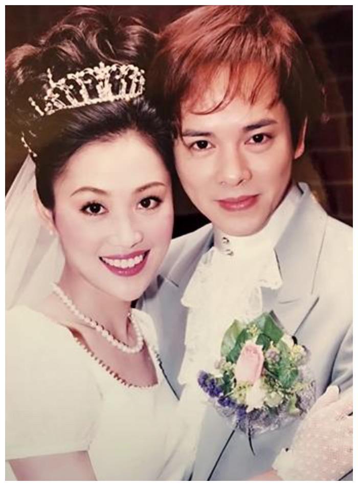 梁小冰晒结婚照表白丈夫,伴娘还是朱茵蔡少芬,现夫妻让人认不出