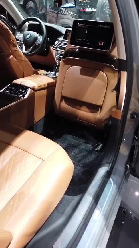 视频:宝马七系的后排老板座,放倒之后才知道啥叫贵有贵的道理!