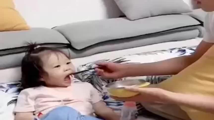 相差12岁的兄妹,哥哥喂妹妹吃饭,下一秒,妹妹瞬间开始嘚瑟了