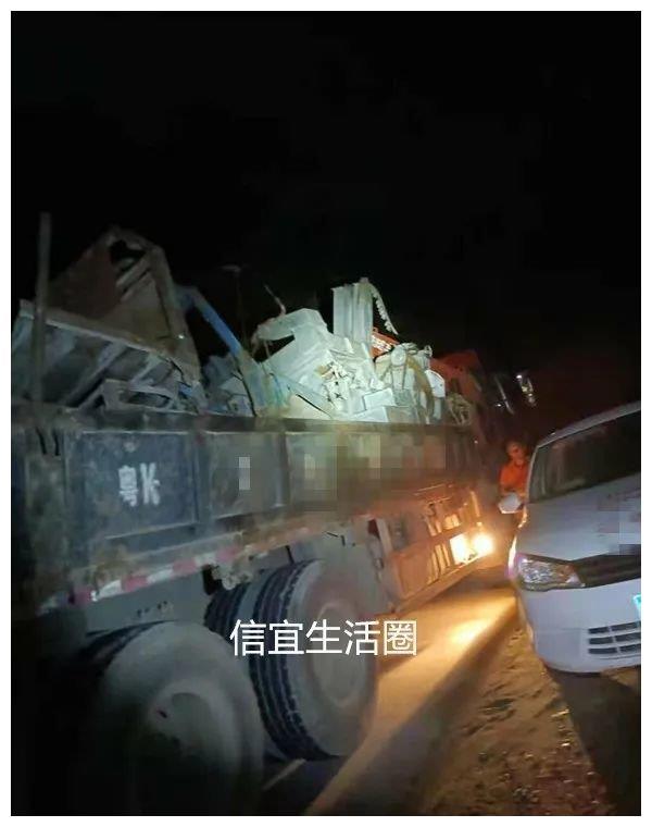 """信宜白石一辆拉废品货车与小车""""擦出火"""",注意行车安全!"""
