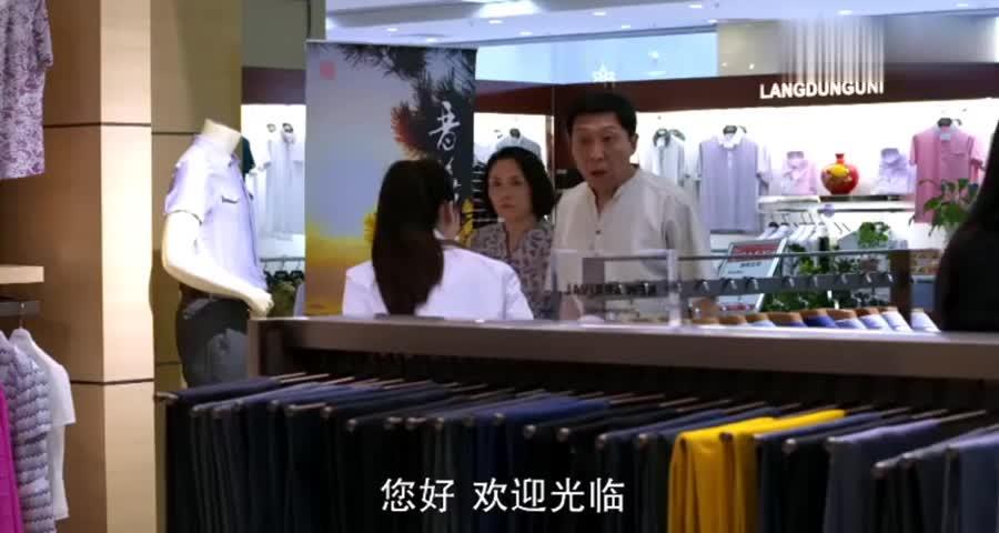 乡下老头上品牌店买衣服,要面子假装大富豪,谁料下秒就被打脸了