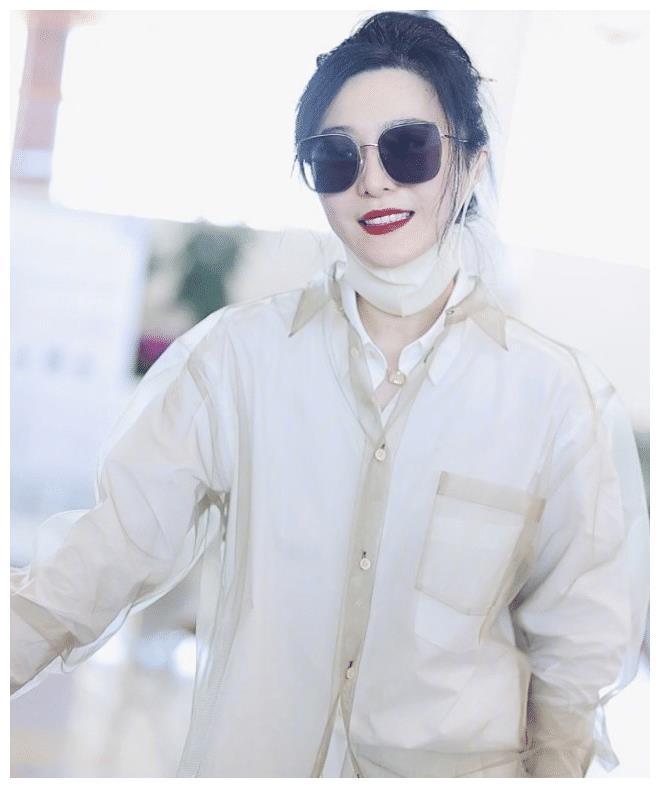 一身白色衬衣很低调,皮肤嫩白有光泽