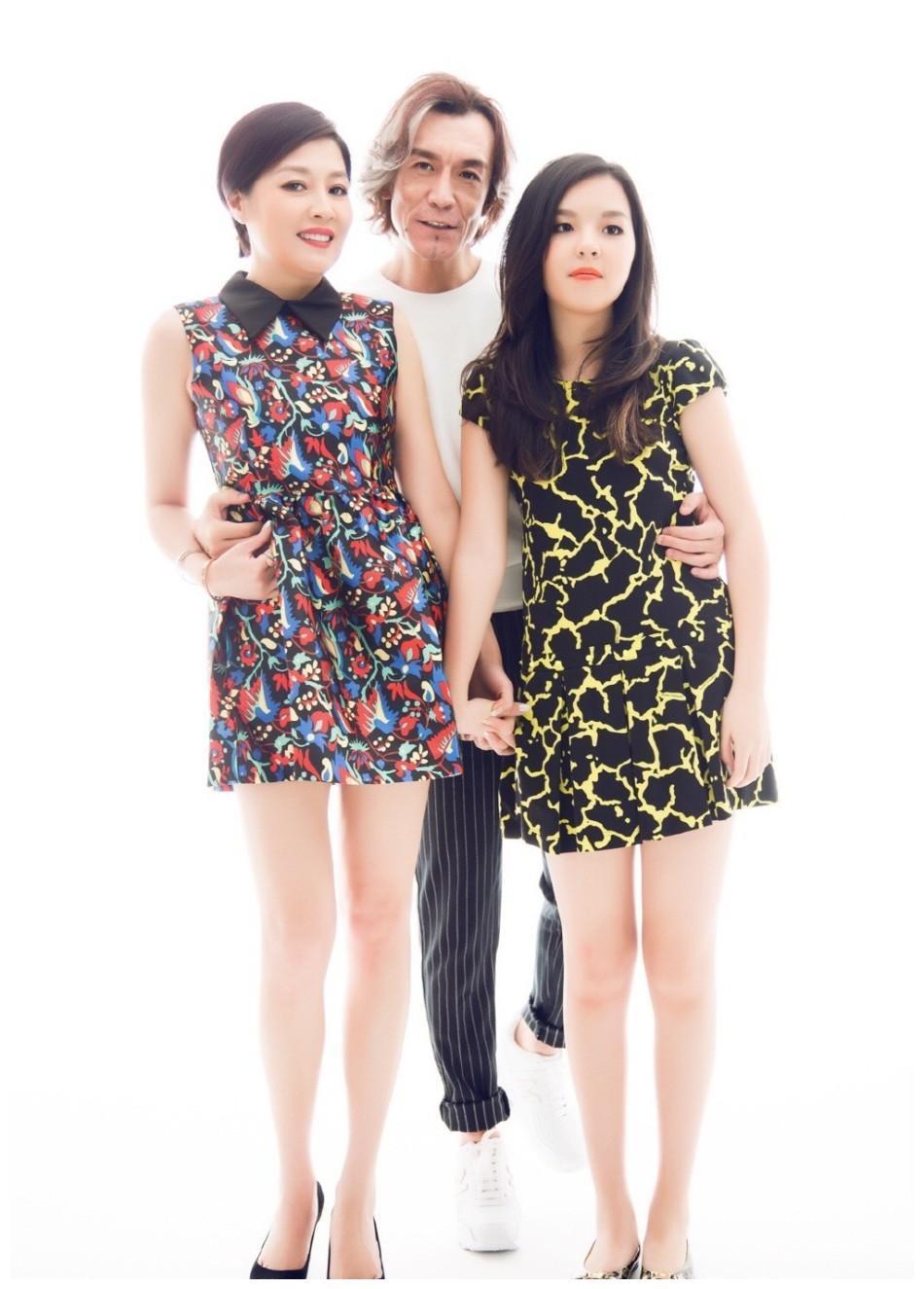 李咏去世时隔2年,哈文和女儿活成了这样,娱乐圈和网红的区别