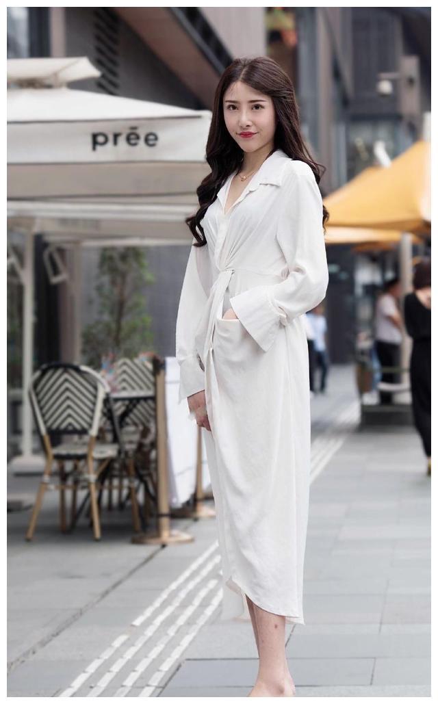 """美女穿着白色的长款衬衫裙,这个裙子还像""""睡袍"""",风格独特"""
