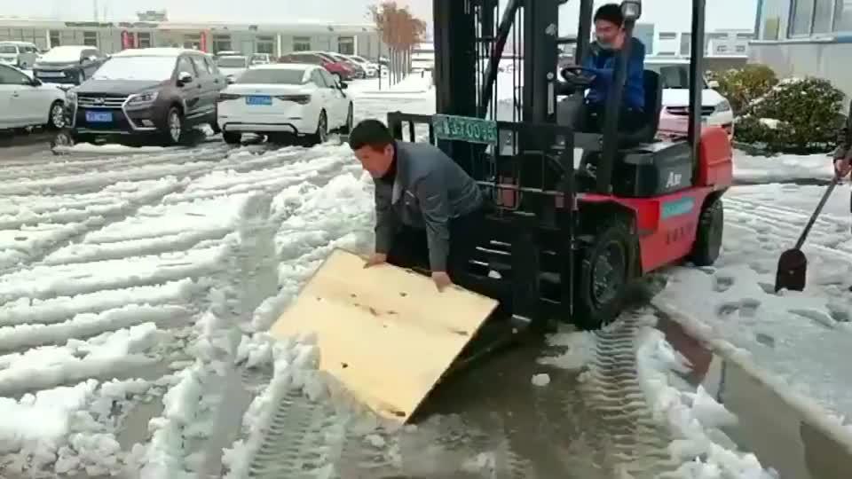 人工铲冰机,这样的工作效率还是可以的
