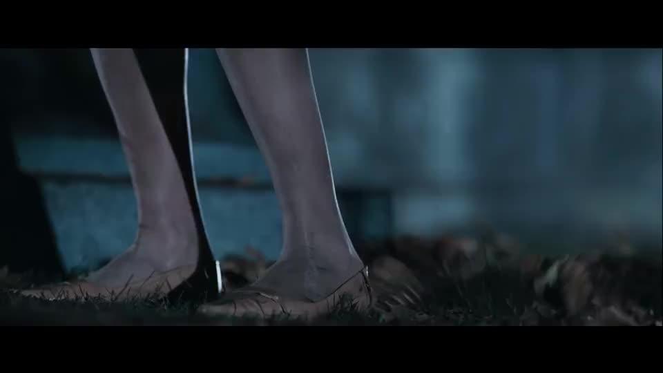 墓地里突然爬出活死人,一把抓住女记者的脚,女主笑了机会来了