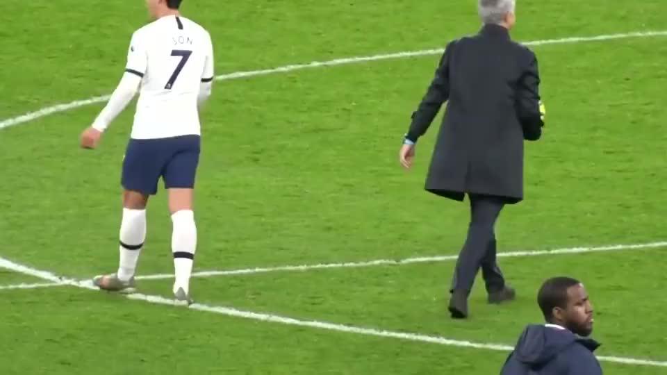 当看到孙兴慜复刻罗纳尔多进球时,场边穆里尼奥是什么表情