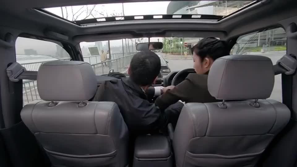 同事被冷血杀手杀害了,方中信陷入自责,还好陈法蓉安慰他