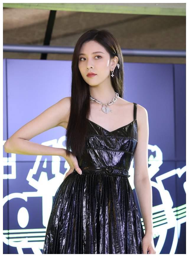宋妍霏真是深藏不露,穿黑色亮片裙配披肩长发,眼神清澈而坚毅