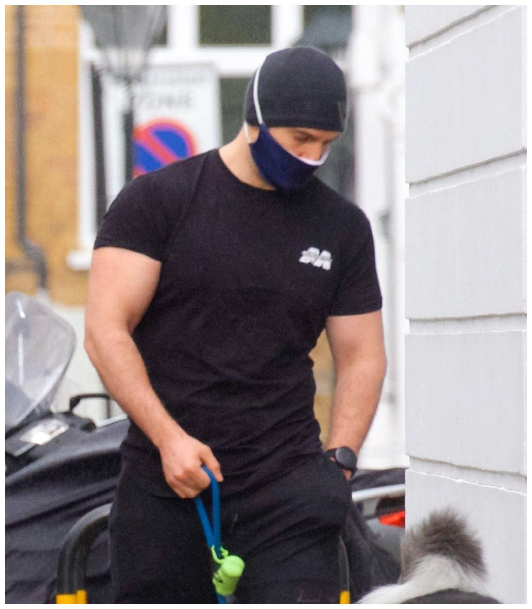 38岁大超亨利现身伦敦街头,穿人字拖遛狗,黑短袖藏不住胳膊肌肉