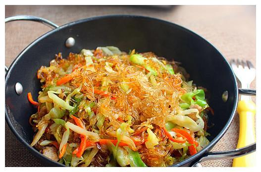 圆白菜炒粉丝美味又营养,家人都爱吃