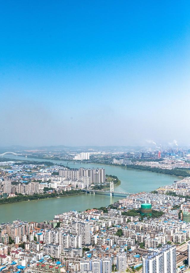 """柳州最""""恐怖""""的景点,你敢在76楼的高空玻璃栈道上行走吗?"""