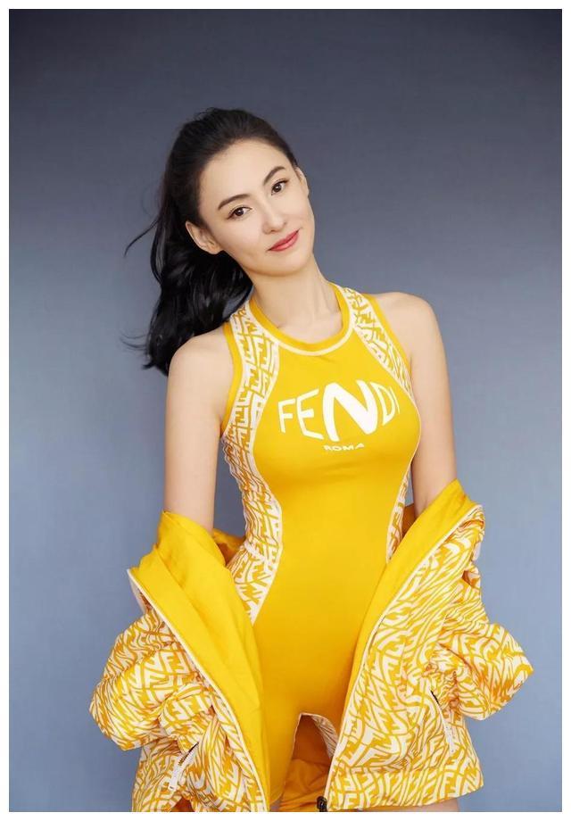 张柏芝美图,一身金黄连体运动衣,容颜俊俏,精致美艳