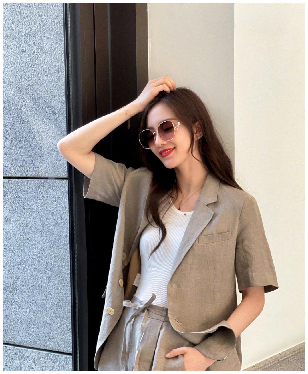 刘诗诗私服造型更新,穿西装套装配温柔卷发,率性优雅气质绝了!