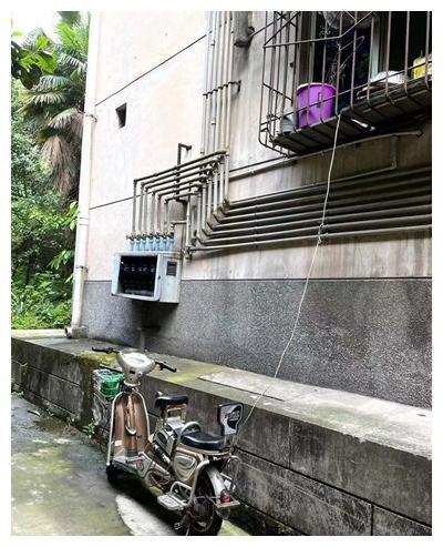 """""""高楼飞线""""为电瓶车充电 街道办:将监督整改"""