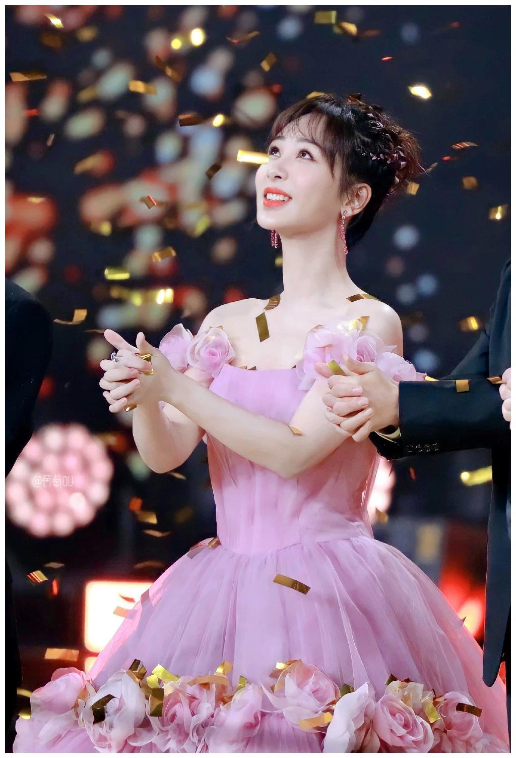 杨紫壁纸:穿上婚纱你是最美丽的公主,穿上马丁靴你就是守护骑士