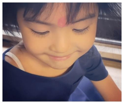 贾静雯晒女儿,4岁波妞摔断门牙还在笑,和姐姐咘咘越长越不像了
