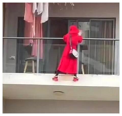三亚一红衣女子阳台跳舞坠楼,自称在拍视频,警方:房内发现遗书