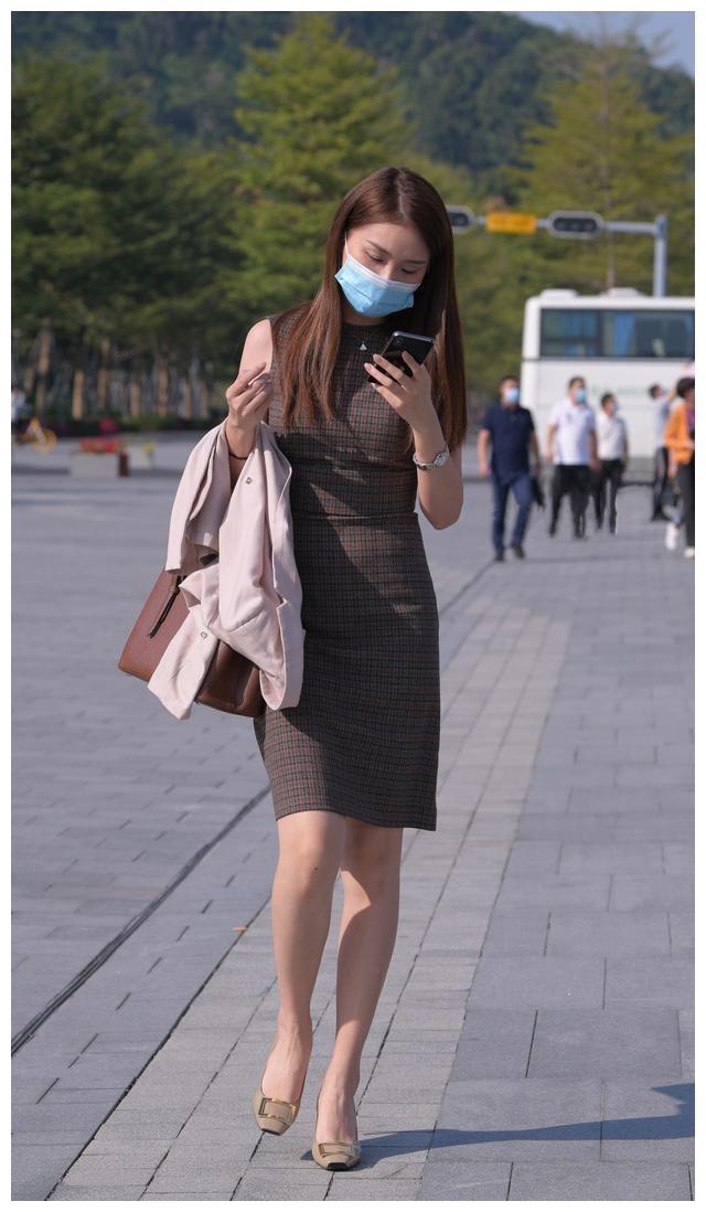 美女身穿香槟色的连衣裙,显示出身材和知性的风格