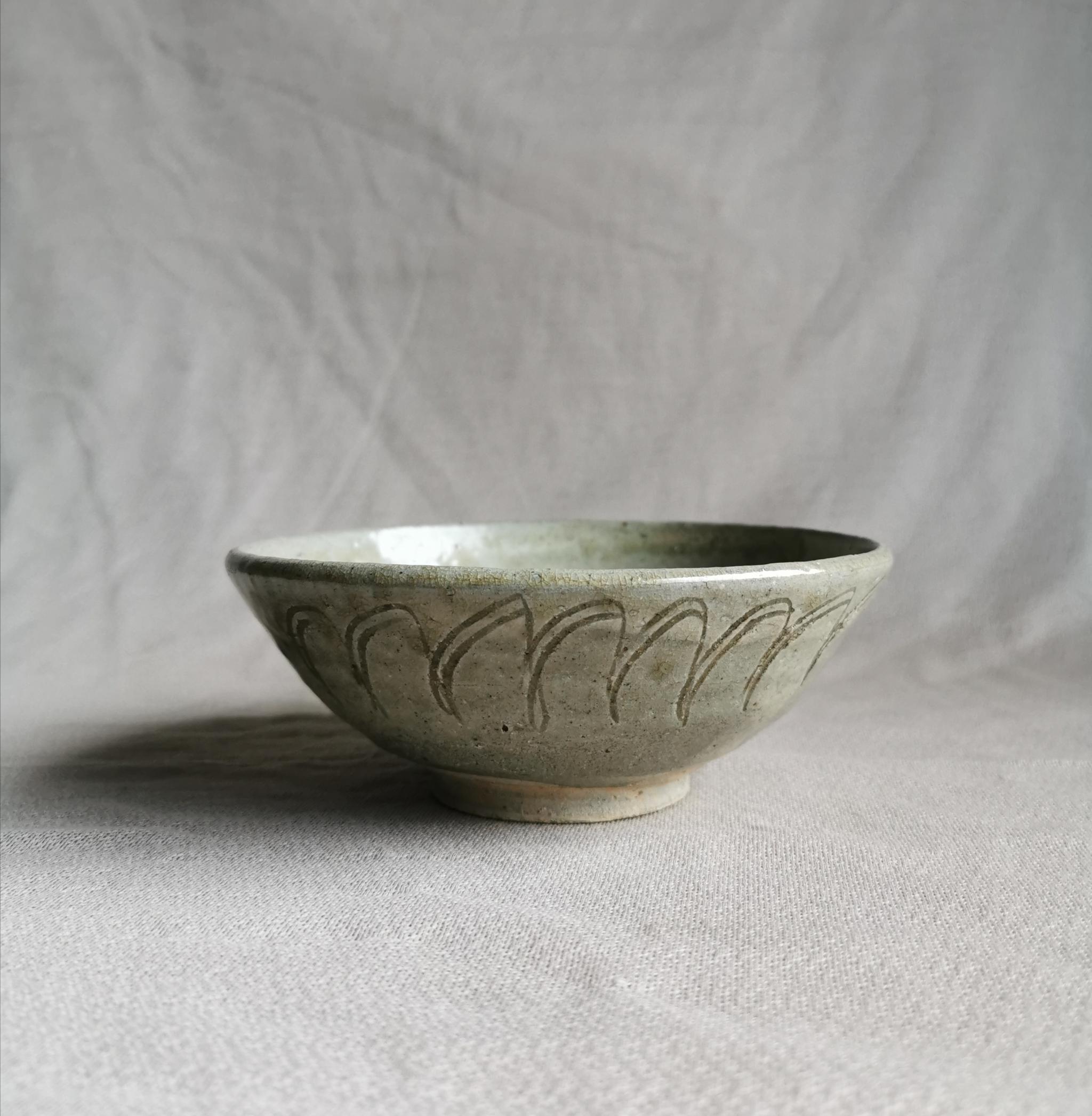 宋龙泉窑系青釉莲瓣纹碗