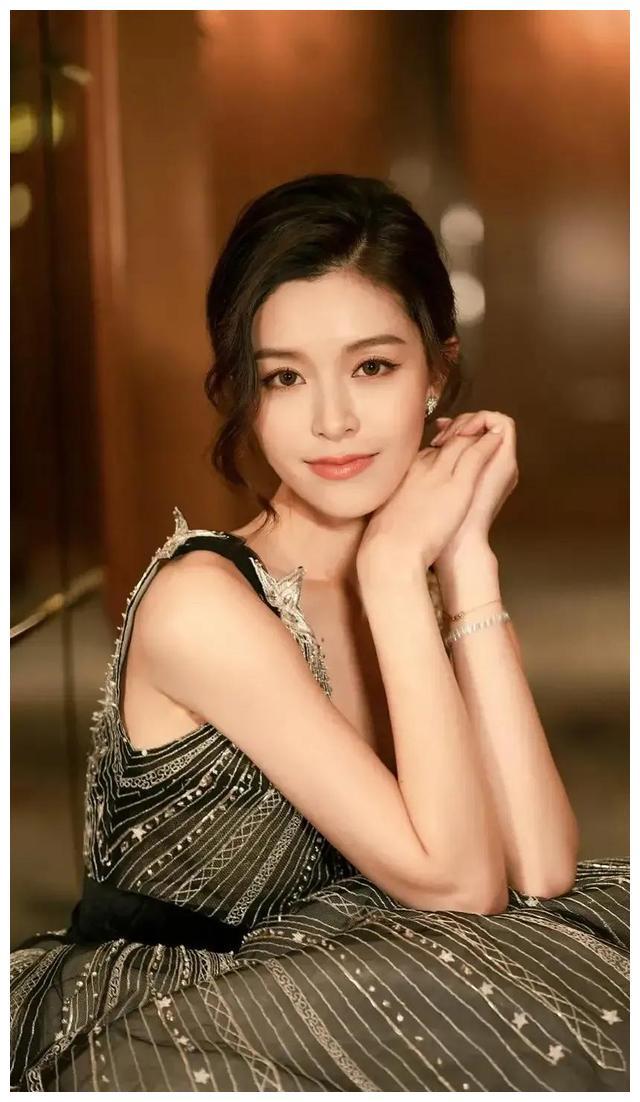 文咏珊精美美图:优雅又娇俏,女人味十足