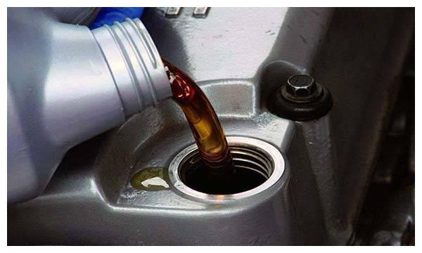 汽车机油多久换一次 汽车机油加多了有什么影响