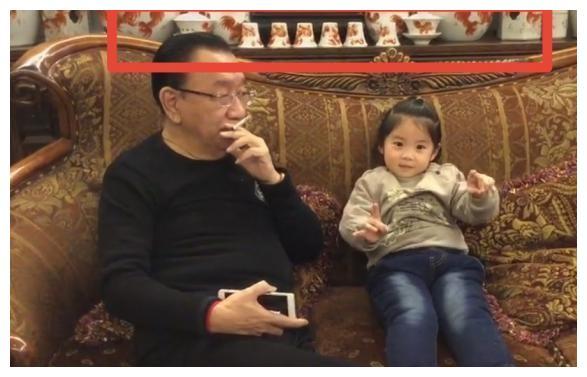 74岁侯耀华没素质,娴熟的在孩子面前抽烟,古董瓷器堆满墙