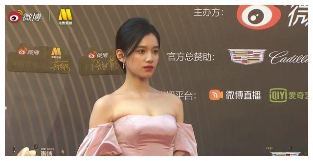 微博电影之夜红毯:倪妮秀美腿,刘浩存甜美,章子怡优雅迷人