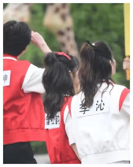 看完谭松韵和李沁的《跑男》照片,原来谭松韵并没有那么矮