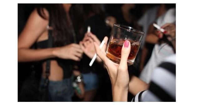 在饭局上抽烟,情商越低的人,往往越会有这3个举动,难怪遭人嫌