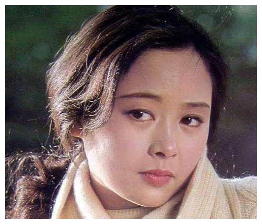 《庐山恋》张瑜:曾是当红影后,为事业弃夫赴美,今63岁无人问津