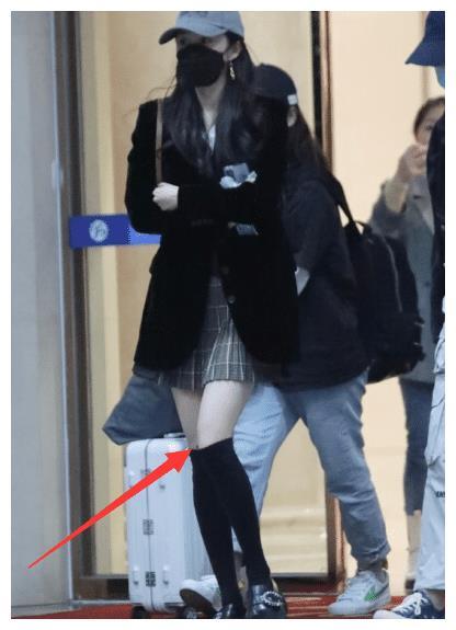 杨幂机场照少女感十足,穿超短百褶裙像学姐,一双竹竿腿超级细