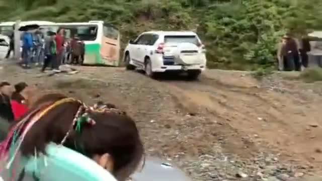 视频:丰田霸道成功爬坡,起亚狮跑紧跟其后,结果打脸了!