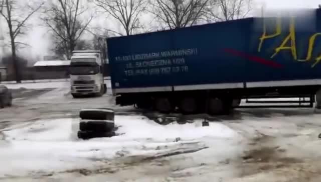 视频:雪地救援大卡车,奥迪A8一点也不差,还挺霸气的哦!