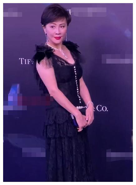 55岁刘嘉玲红毯造型曝光,贵气十足秀超大钻戒,被网友吐槽胳膊粗
