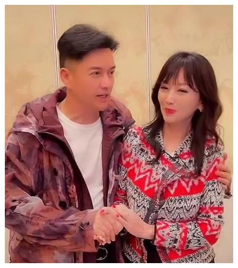 吕良伟晒和赵雅芝合照,网友:这俩人是吃了防腐剂吗?