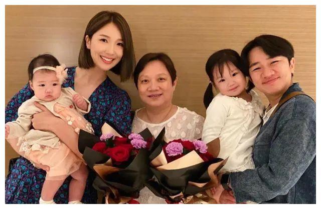 王祖蓝晒两女儿合照,姐姐长相复刻爸爸,妹妹总算让妈妈基因赢了