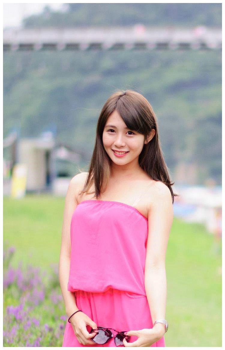 清新艳丽的粉色套装,贴合身体的裁剪,舒适得体,展现清新的美感